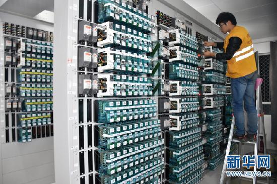 工作人员正在检查供电设备(供图)