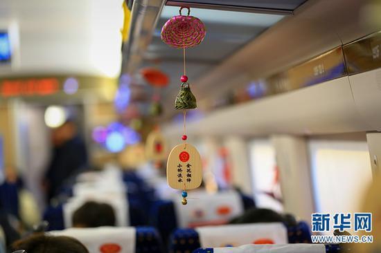 动车车厢内挂着极具丽江当地少数民族特色的装饰品