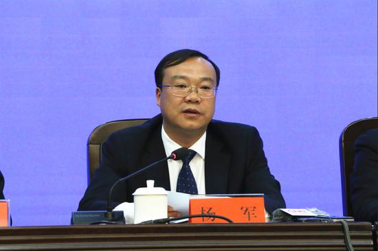 保山市委副书记、市人民政府市长杨军作新闻发布(王娅男/摄)