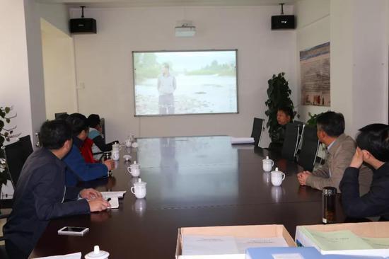考评人员观看建水县河(湖)长制汇报片
