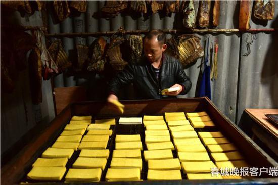牛街古镇特产——烤豆干和老腊肉