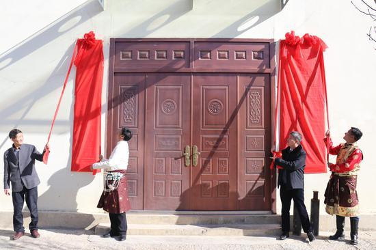 迪庆州委常委、副州长林志波,州政协副主席和永忠为单位揭牌