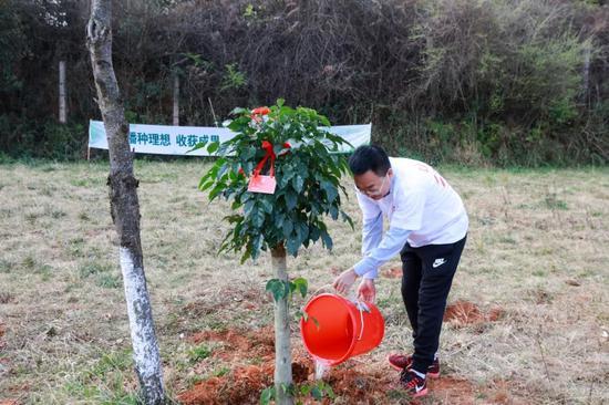 """副董事长焦少良为""""理想树""""浇水"""