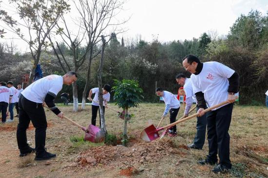 理想科技集团总部领导携手植树