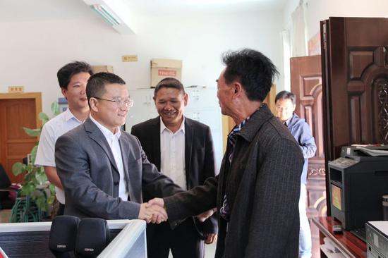 县委书记毛宗晦(左一)看望狗街村委会干部