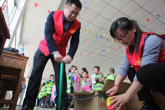 志愿者为新买的皮球充气