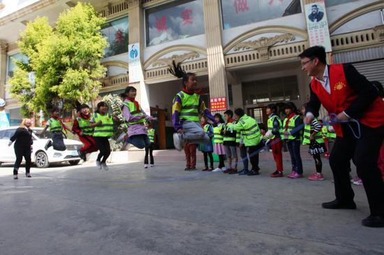 志愿者与同学们一起跳大绳