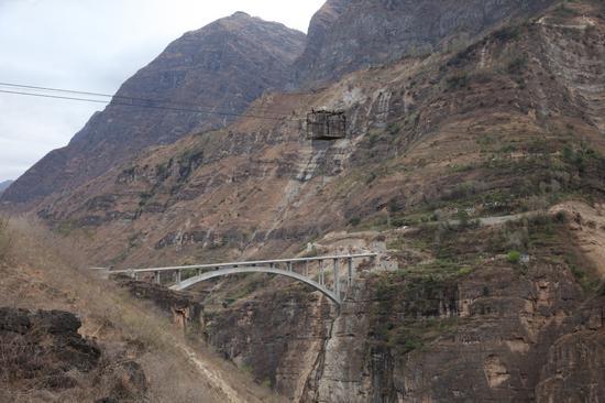 """(大横断的""""奇景"""":过去的溜索和新修的大桥,展现了国家的进步)"""