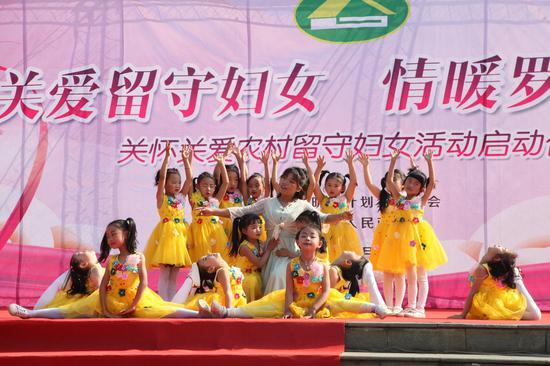 民族小学、禄劝原声艺术团、禄劝金石乐队等为群众表演了舞蹈《追赶火车的孩子》、全民健身《一起运动》、演奏《走向复兴》等精彩的文艺节目。