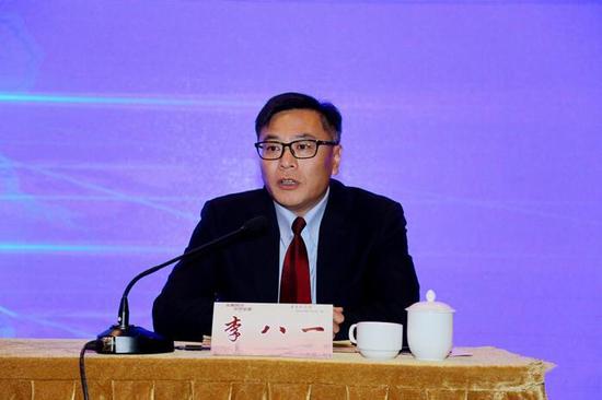 ▲思茅区政协主席、百里普洱茶道项目指挥部办公室主任李八一答记者问