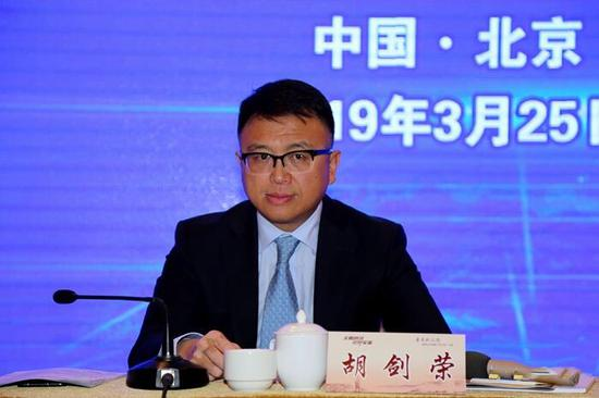 ▲普洱市政府副市长胡剑荣出席新闻发布会作新闻发布