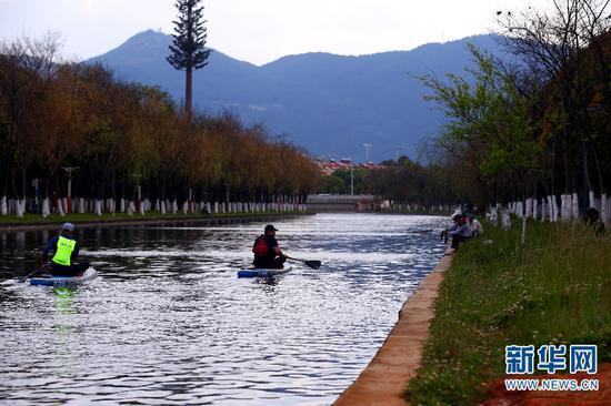 """""""市民河长""""对入滇河道上的钓鱼人员进行劝阻。(新华网 赵勇 摄)"""
