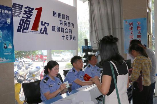 群众在便民服务点咨询办理车管业务(王娅男/摄)
