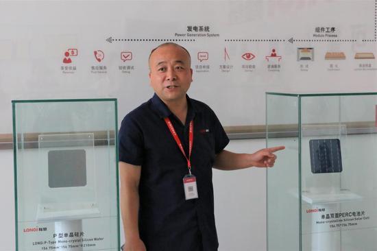 保山隆基硅材料有限公司负责人介绍硅片(王娅男/摄)