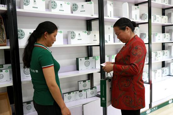 消费者正在购买石斛产品