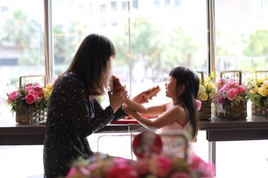 市民在肯德基云花文旅主题餐厅享受美食