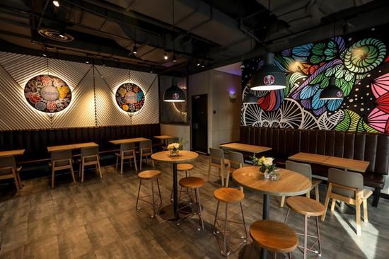 餐厅墙上装点着云南八大名花元素的图案