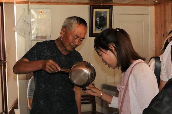 游客品尝花家药麸醋(王娅男/摄)