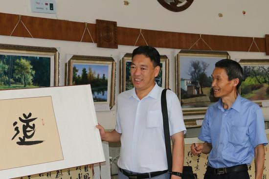 爱心人士刘春亮(左)