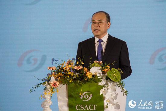 云南省省长阮成发出席论坛并致辞 人民网 薛丹 摄