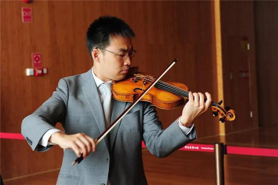 高参老师用他珍藏的古董小提琴(1617年制)演奏《义勇军进行曲》