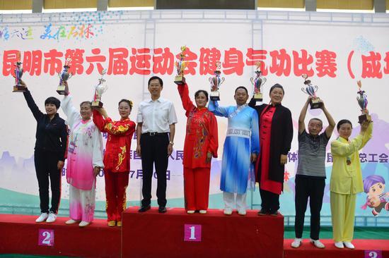 获得团体奖的代表队登上领奖台