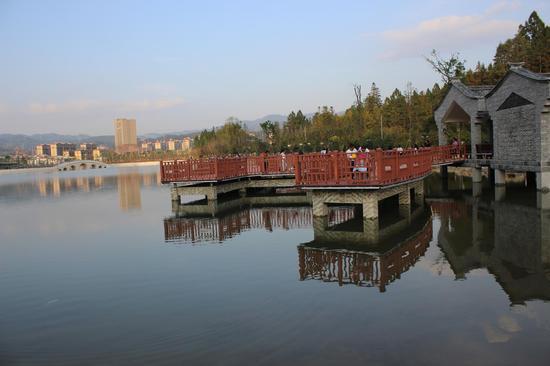 龙陵龙山湖 雷华 摄