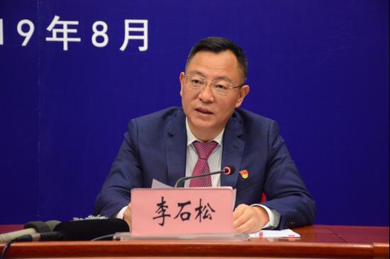 中共曲靖市委副书记、市长李石松发布新闻(记者 赵嘉 摄影)