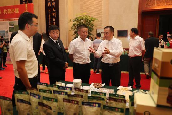 临沧市委副书记、市长张之政参观参会企业