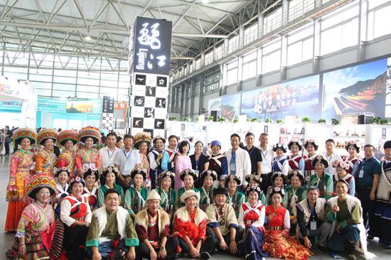 开幕当天参与表演的各族人民(陈亚宇/摄)