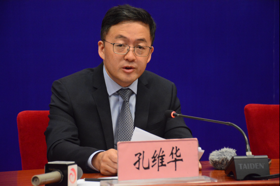 中共迪庆州委常委、宣传部部长孔维华发布新闻(赵嘉 摄影)