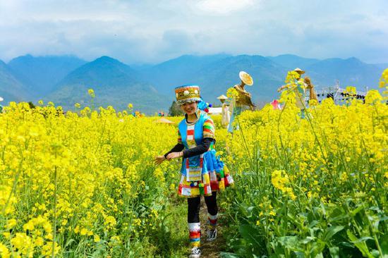 高黎贡山下的村庄 野食云南 摄
