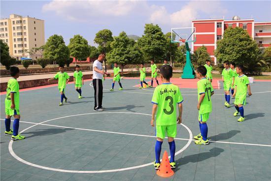 示范学校开展足球社团活动