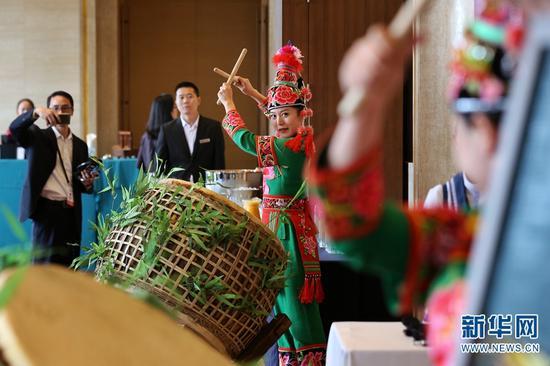 《财富》论坛会议间隙的舞蹈表演 张翼鹏 摄