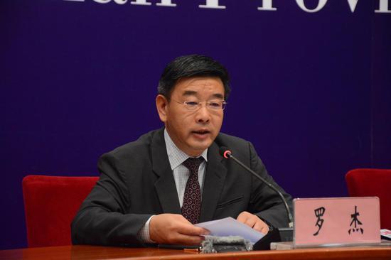 中共云南省委宣传部常务副部长 罗杰发布新闻( 赵嘉 摄影)