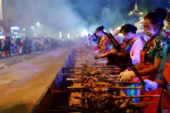 勐海烤鸡制作现场。供图