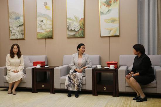市委常委、市委宣传部部长李汶娟向两位家属表示诚挚的问候和祝贺