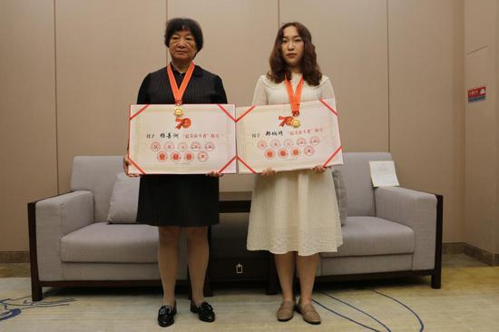 杨善洲三女儿杨慧琴(图左一)和郑垧靖女儿郑汶璐(图左二)