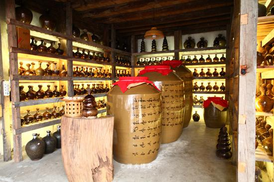 土锅土灶土法酿酒 用新鲜牛屎封口的古法牛屎酒只属于这德宏小