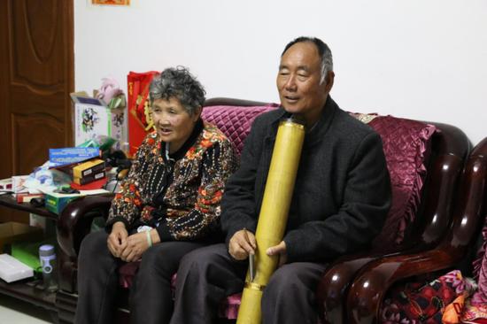 蒋光荣(图右)与老伴在新居
