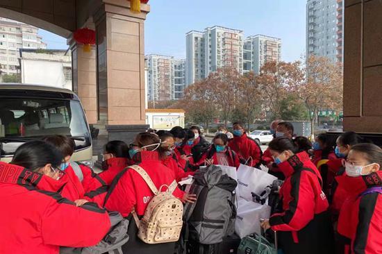 分组后的各组医疗队员奔赴各自战场。(云南援鄂医疗队供图)