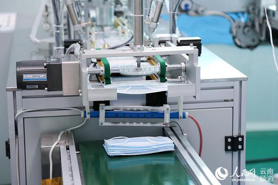 普通医用口罩全自动化生产。(人民网 李发兴 摄)