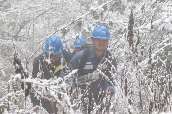 配电运维1班查看线路覆冰对10Kv东山线进行特巡。摄影:周江 普路