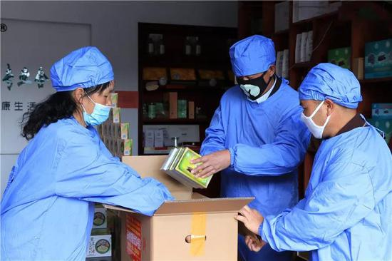 龙陵县富民石斛专业合作社的工作人员正在忙着打包整理捐赠给武汉的石斛产品