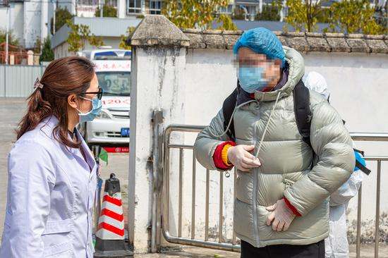 县医院何丽芬院长向出院的患者交代康复注意事项