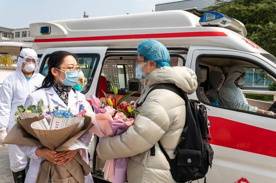 杨天芸医生祝贺出院患者