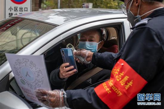 2月15日,在云南省昆明市怡园小区门口,市民扫码进入小区。 新华社记者 胡超 摄