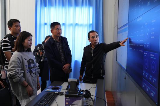 龙陵县融媒体中心主任陈仟山向丽江市委宣传部领导介绍融媒体平台运营情况