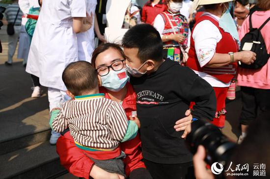 红河州援助湖北医疗队回家,图为母子团聚的幸福时刻。(胡艳辉 摄)