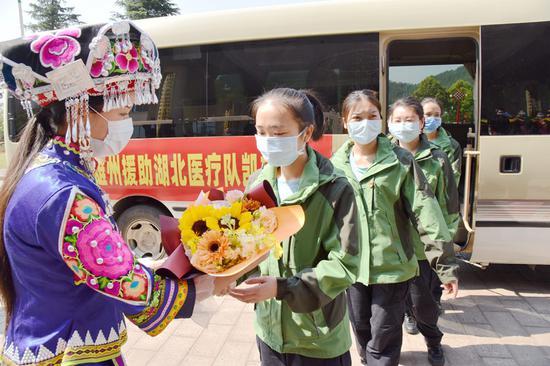 楚雄州以最高礼节欢迎英雄回家。(王洪 摄)